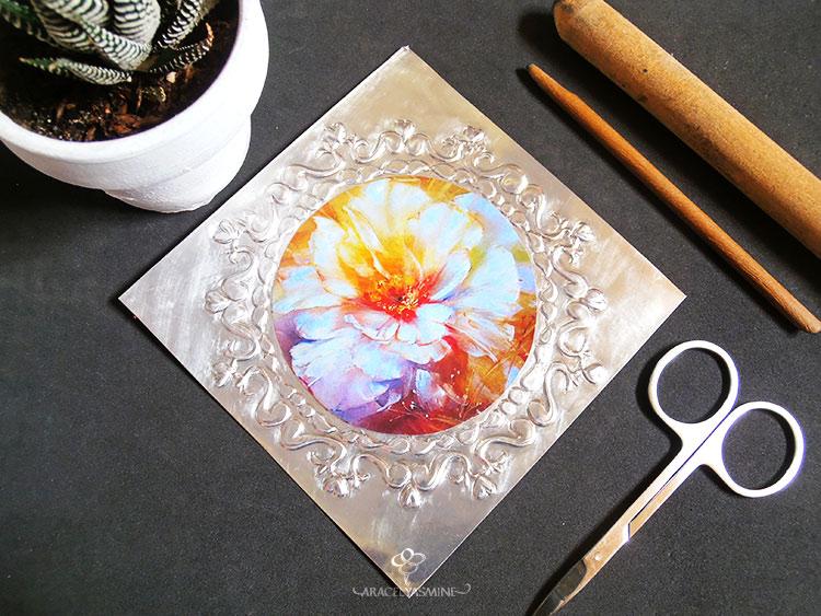 como pegar una imagen decorada sobre repujado en aluminio decoupage