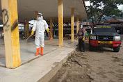 Bhakti Brimob Aceh Untuk Masyarakat Semprotkan Disinfektan di Los Pajak Terpadu dan Pemukiman Warga