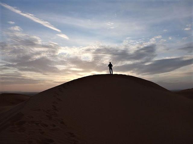 la bellezza dell'alba sulle dune del deserto