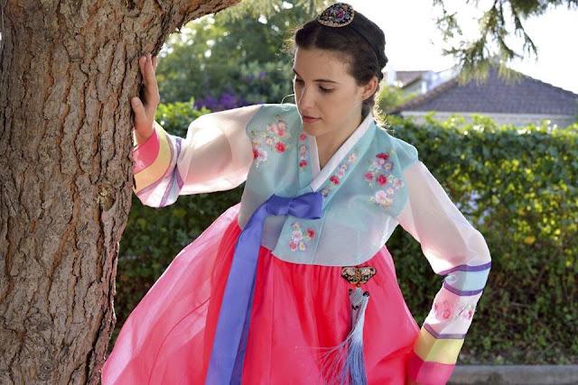 Mulher com traje tradicional coreano Hanbok