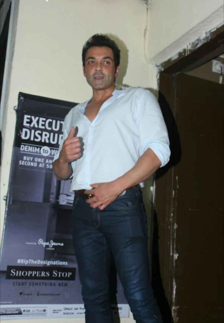 Race 3 के Screening में  Mahendra singh dhoni,Salman khan, jacqueline Franandez,और Bobby Deol,शामिल हुए।