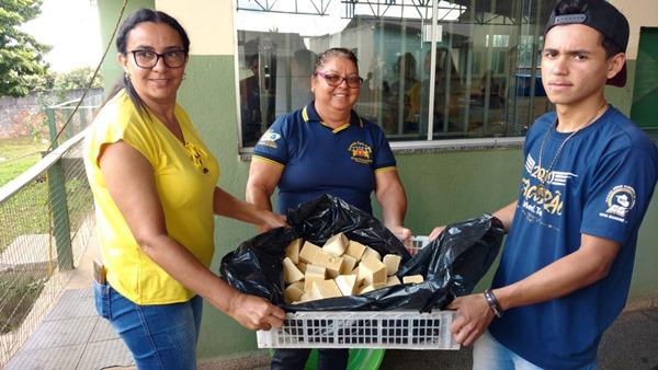 Alunos da Escola Casimiro de Abreu produzem sabão ecológico usando óleo de fritura