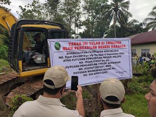Personil Polres Luwu Utara Melaksanakan  Pengamanan Eksekusi Lahan Di Kecamatan Bone-bone