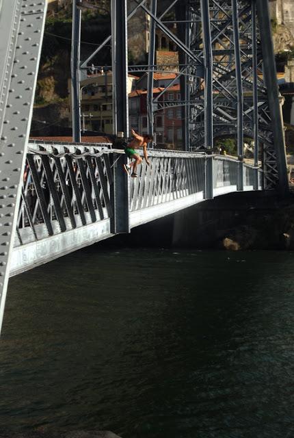 Menino saltando da ponte Luis I no Porto