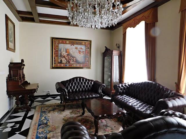 Sulisław, pałac, fotele, żyrandol
