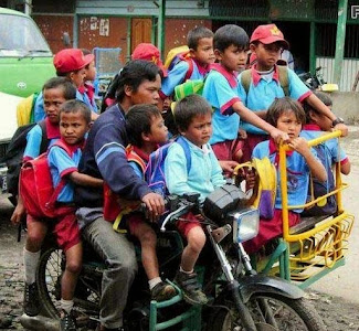 smiješna slika: dovođenje djece u vrtić motociklom