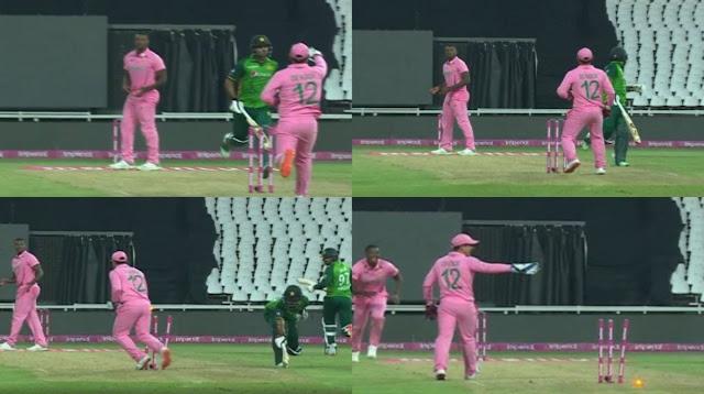 पाकिस्तान टीम (Pakistan Team) और साउथ अफ्रीका के बीच जारी 3 मैचों की वनडे सीरीज के दूसरे मुकाबले में क्विंटन डी कॉक (quinton de kock) ने जिस तरह की हरकत की, उसके चलते अब उन्हें जमकर आलोचनाओं का सामना करना पड़ रहा है. पहले बल्लेबाजी करने उतरी अफ्रीका की टीम ने 50 ओवर में 6 विकेट के नुकसान पर 341 रन बनाए थे. जिसका पीछा करने उतरी पाकिस्तान की 9 विकेट के नुकसान पर सिर्फ 324 रन बना सकी और महज 17 रन से हार गई.  क्विंटन डी कॉक की जमकर हो रही आलोचना quinton de kock  साउथ अफ्रीका (South Africa) की टीम ने मैच को जीतकर सीरीज पर 1-1 से बराबरी तो कर ली, लेकिन इस दौरान  डी कॉक की अजीब हरकत ने मैच का पूरा सीन तो पलट ही दिया साथ ही पाकिस्तानी बल्लेबाज का बड़ा नुकसान भी हुआ. दरअसल पारी के अंतिम ओवर में मेजबान टीम अफ्रीका के विकेटकीपर और धुंआधार बल्लेबाज की चीटिंग के चलते पाकिस्तान के सलामी बल्लेबाज फखर जमां का दोहरा शतक पूरा नहीं हो सका.  पाकिस्तानी बल्लेबाज फखर जमां 342 रन के लक्ष्य को बनाने के लिए कि 192 रन पर बैटिंग कर रहे थे. 6 गेंद पर टीम को जीत के लिए 31 रन चाहिए थे, और इसे बना पाना असंभव नहीं था, लेकिन मुश्किल भी थी. इस दौरान  फखर जमां के पास एक ऐसा मौका भी था कि, वो दोहरा शतक जड़ सकते थे. लेकिन साउथ अफ्रीका के के खिलाड़ी क्विंटन  डी कॉक (quinton de kock) को ये नामंजूर था, और सरेआम धोखेबाजी करते हुए उन्होंने पाकिस्तानी ओपनर को रन आउट करा दिया. इस वाक्या पर अंपायरों की भी नजर नहीं गई.  धोखेबाजी से डी कॉक ने फखर जमां को कराया आउट WhatsApp Image 2021 04 05 at 6.36.07 AM  पाकिस्तानी क्रिकेट टीम के ओपनर बल्लेबाज फखर जमां क्रीज पर बैटिंग कर रहे थे और आखिरी ओवर की पहली गेंद पर 2 रन के लिए दौड़ पड़े थे, जिसे वो आसानी से पूरा कर सकते थे. लेकिन डी कॉक ने ऐसे समय में भी अजीब हरकत की, जिसकी उम्मीद जेंटलमैन से नहीं थी. ऐसा करने पर आईसीसी (ICC) की तरफ से ऐसी चीजों के खिलाफ सजा का भी प्रावधान बनाया गया है. लेकिन इसके बाद भी फखर जमां को आउट करार दिया गया.  वायरल हो रही वीडियो में भी आप ये देख सकते हैं कि, फखर जमां जिस दौरान दूसरा रन पूरा करने के लिए दौडे़ थे. उस वक्त वो विकेटकीपर क्विंटन डी कॉक (quinton de kock) की ओर देख रहे थे, ऐसे में  डी कॉक ने फिल्डर को संकेत दिया कि थ्रो को नॉन स्ट्राइ