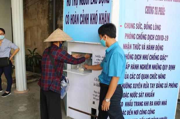 Phú Quốc: Chú chó thay chủ tật nguyền xếp hàng nhận gạo