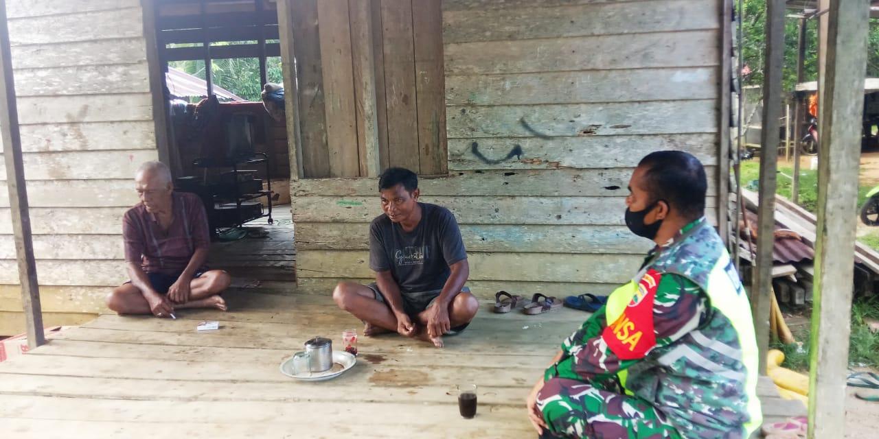 Lakukan Komsos, Babinsa J Hutagalung Sosialisasikan Bahaya Karhutla Kepada Warga Desa Sungai Ulu