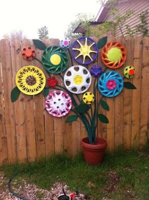 No jardim você pode utilizaras calotas e toda sua criatividade e transformá-las em flores