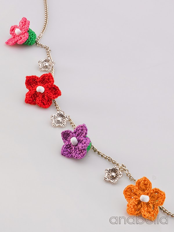 Tiny-flowers-crochet-necklace-Anabelia