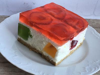 Ciasto na zimno z jogurtu, galaretki i truskawek