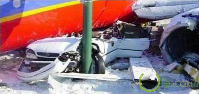 Mobil tertindih pesawat