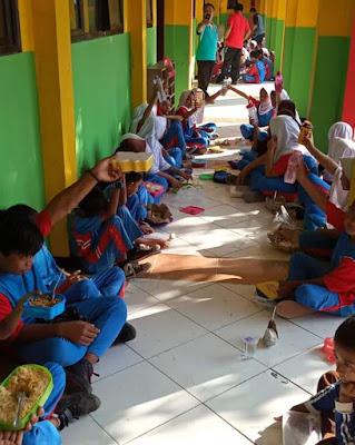 Sudah Dua Bulan Seluruh Pelajar di Muara Gembong Bawa Bekal Makan Dari Rumah
