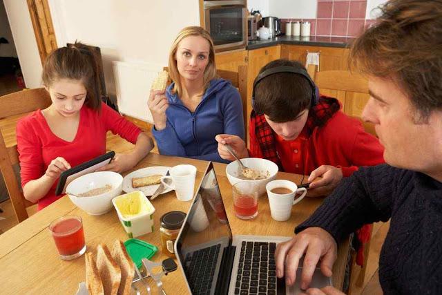 Comer com as telas ligadas destrói a coesão da família