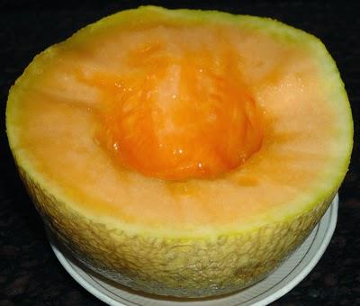 cut the muskmelon-preparing kharbuja juice recipe