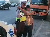 Anggota Polisi Ini Temukan Supir Truk yang Parkir Kendaraannya, Bukan Ditilang Tapi Hal Tak Terduga Terjadi