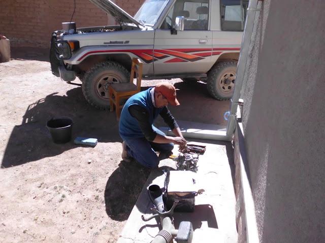 Bei den vielen Fahrten darf der Geländewagen nicht streiken. Immer wieder fallen Reparaturen an. Hier wird der  Vergaser in Ordnung gebracht.