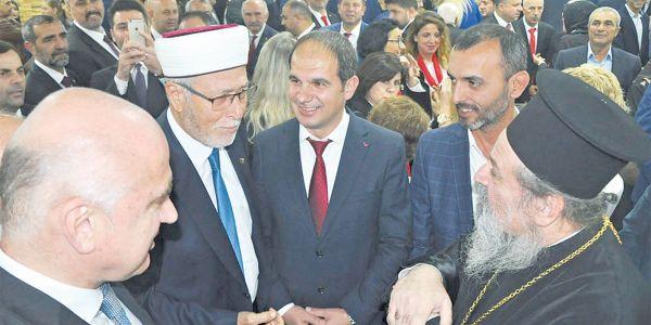 Μητροπολίτης «προσκυνά» το Τουρκικό Προξενείο