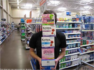 Mann in Kaufhalle beim Verhütungsprodukte kaufen lustig