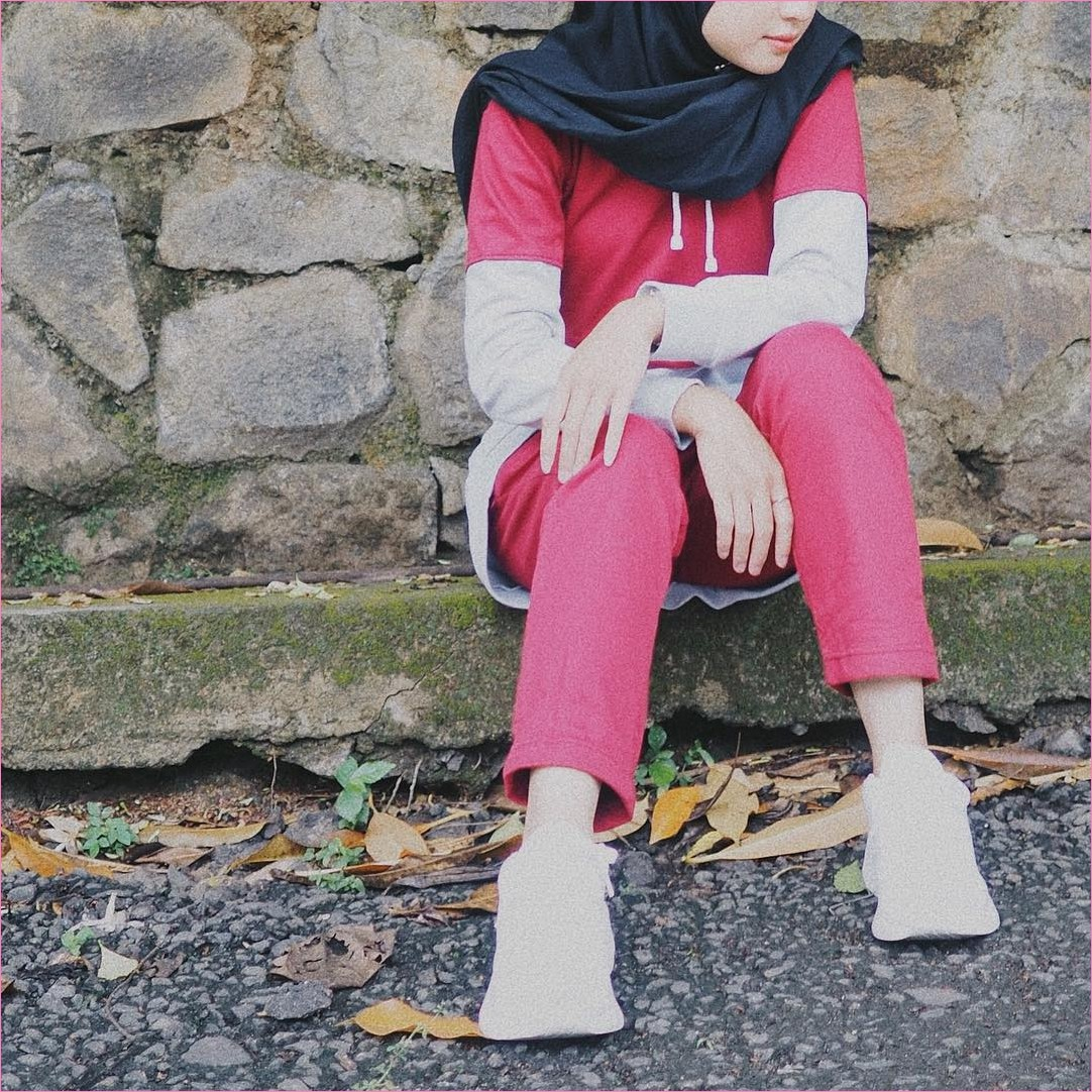Outfit Baju Hijab Casual Untuk Olahraga Ala Selebgram 2018 baju olahraga sweater jakert sweater merah muda muda sneakers kets sepatu olahraga putih celana bahan merah muda kerudung square hijab polos hitam kaos kaki gaya casual kain katun rayon ootd outfit jogging 2018 ciput rajut