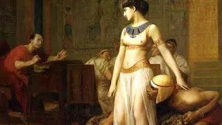 Cleopatra amó y fue amada por dos de los hombres más célebres de un imperio. Con grandes ambiciones políticas, todo un pueblo la odió y decidió morir antes de ser víctima del escarnio y la esclavitud. Aunque no era agraciada, gracias a su encanto y su poder de seducción se convirtió en símbolo universal de la belleza.