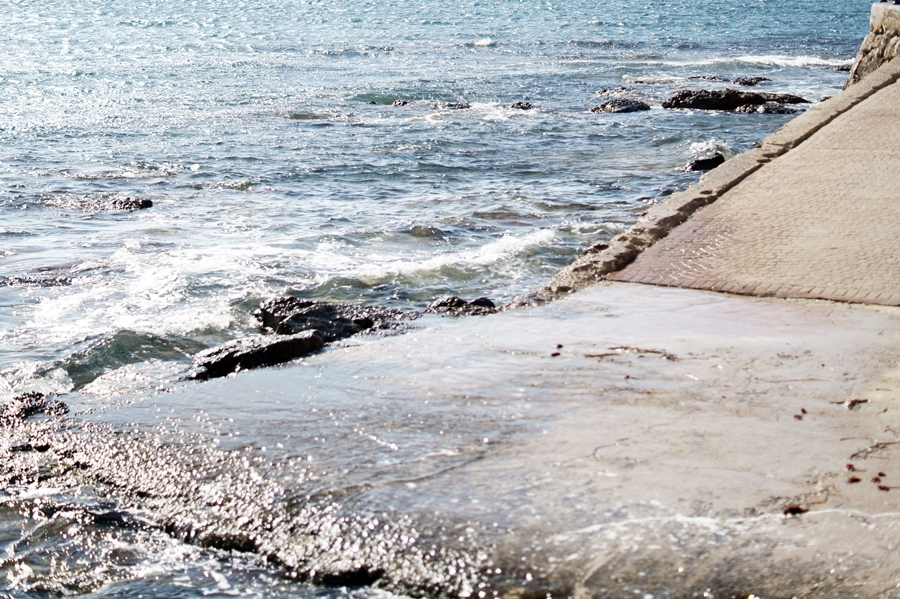 Blog + Fotografie by it's me! - Reisen - La Isla Blanca Ibiza, Santa Eurlaria - Wellen an der Rampe zum Strand