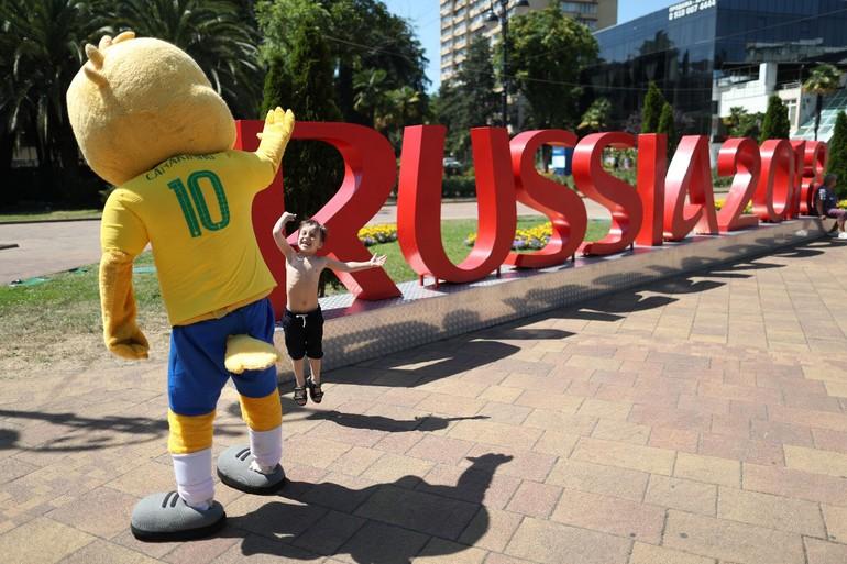 Canarinho ganha status de celebridade na Copa ~ FutGestão 09a210be38840