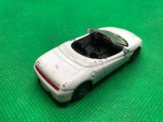 アルファ ロメオ スパイダー のおんぼろミニカーを斜め後ろから撮影