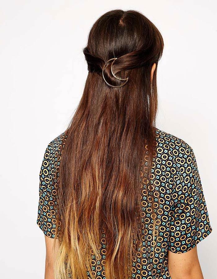 Acessório metálico em formato de lua para prender cabelo