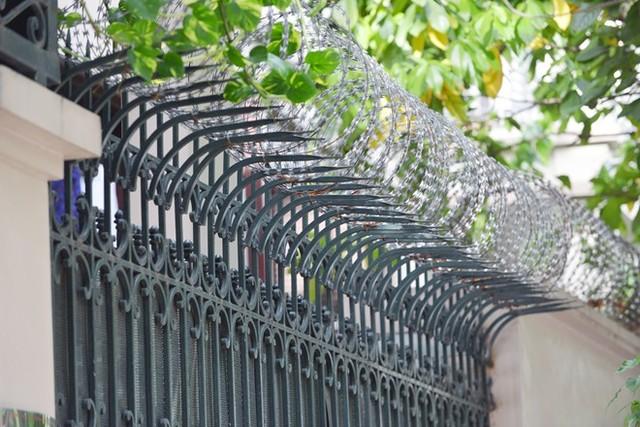 Hàng rào lưới thép gai cho nhà cấp 4