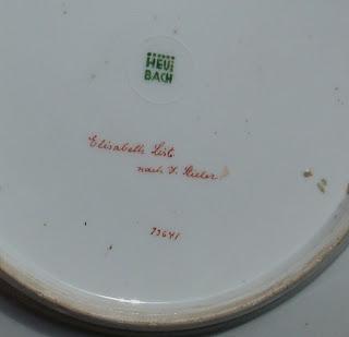 Marca Gebruder Heubach en la base de una pieza de porcelana