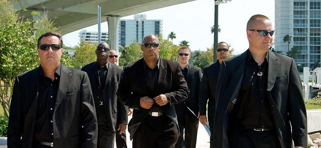 لماذا يضع حارس الأمن نظارة سوداء ويرتدي الطبيب السترة البيضاء ؟.