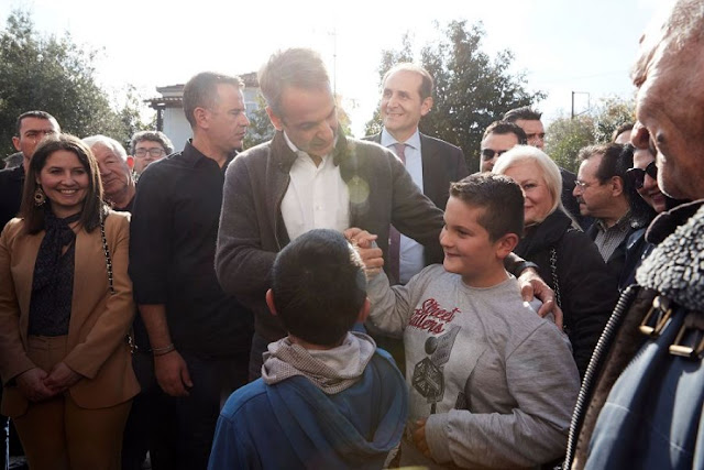 O Κ. Μητσοτάκης στο χωριό Αγία Βαρβάρα, της Ημαθίας .Τρια Παοκτσακια εκλεψαν ην παρασταση.(VIDEO)