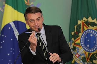 'A caneta Bic é minha', diz Bolsonaro após fala de Mourão sobre vacina