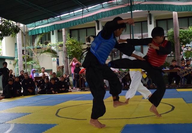 Peserta kompetisi pencak silat saat berlaga di SMPIT PAPB Semarang, Sabtu (13/2).