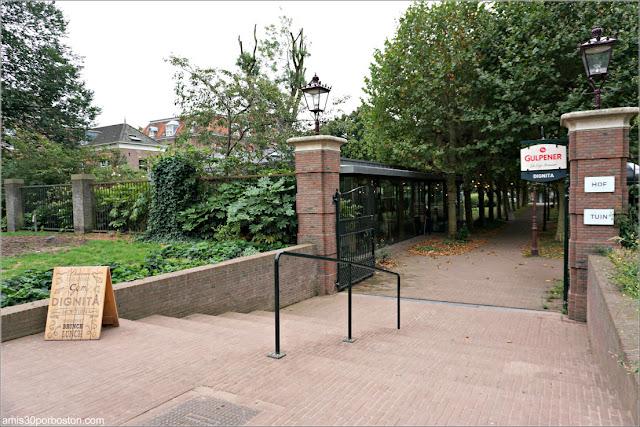 Entrada al Jardín de la Cafetería Dignita Hoftuin en Amsterdam