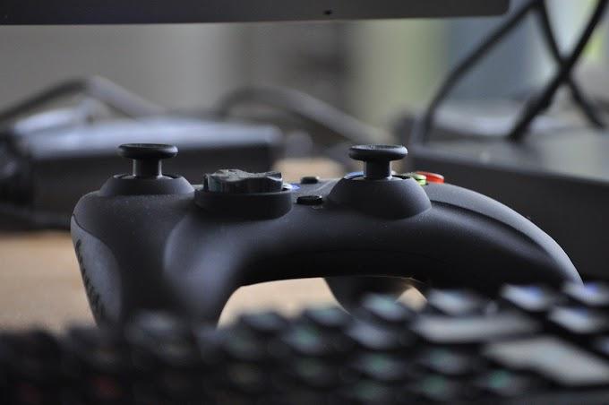 Foto de controle de videogame e teclado