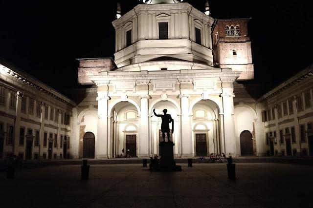 Basílica de São Lourenço iluminada durante a noite
