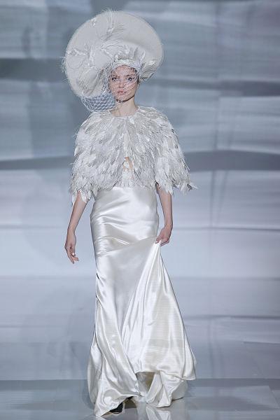 Vestido de novia de Isabel Zapardiez 2017 con plumas - Foto: Barcelona Bridal Fashion Week