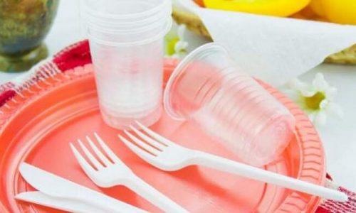 Το δημόσιο σταματά να προμηθεύεται πλαστικά μιας χρήσης. Το μέτρο εφαρμόζεται από σήμερα 1η Φεβρουαρίου και αφορά σε δέκα κατηγορίες πλαστικών μιας χρήσης, μεταξύ αυτών πιάτα, μαχαιροπίρουνα, καλαμάκια, δοχεία από φελιζόλ, μπατονέτες.