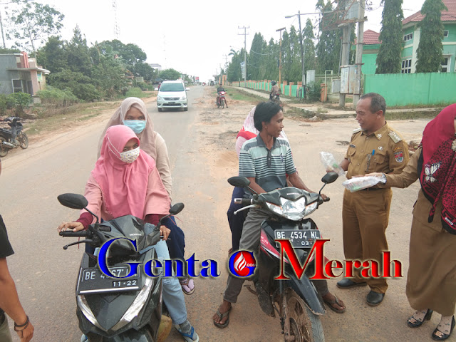 Momen Romadhn, Camat Tanjung Raya Berbagi Takjil Gratis Dijalan