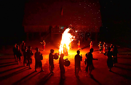 Đội cồng chiêng làng Kon Pring biểu diễn bên ánh lửa bập bùng.