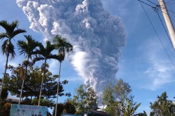 Erupsi Gunung Sinabung Abu Vulkanik Guyur Wilayah Berastagi