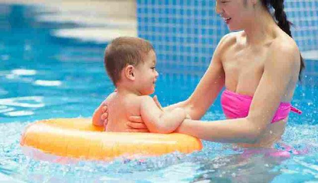 Tips Keselamatan Berenang Untuk Anak - Memang menyenangkan mengisi liburan dengan keluarga pergi ke kolam renang. Tapi, jangan lupa untuk memperhatikan keselamatan selama berenang. Jika tidak,mung saja terjadi insiden yang tidak diinginkan, apalagi jika kamu memilih kolam renang umum yang tentu saja dipenuhi banyak sekali orang.    Setiap kolam renang umum memiliki beberapa peraturan yang harus dipatuhi. Terutama bagi yang membawa serta anak kecil untuk berenang di sana.    Tips Keselamatan Berenang Untuk Anak     1. Batasan Usia    Hal pertama yang harus diperhatikan adalah melihat usia anak yang diajak berenang. Jika usianya belum mencapai 12 tahun, harus diawasi dan ditemani orang dewasa saat berenang. Perhatikan juga mengenai tinggi badan anak. Jika dikira belum sesuai untuk berenang di kedalaman tertentu, sebaiknya didampingi.    2. Memilih kedalaman Kolam Renang    Tiap kolam renang memiliki kedalaman yang bervariasi, mulai dari 0,5 meter hingga 3 meter. Sangat dianjurkan memilih kolam renang yang memiliki kolam anak dengan kedalaman nggak sampai 0,5 meter. Jika sudah bisa, kamu bisa mencoba mereka berenang di kolam yang lebih dalam secara bertahap.    3. Memakai Pakaian Renang    Kolam renang bukanlah kolam untuk mandi atau berendam. Sehingga, dibutuhkan pakaian renang agar gerakan di dalam air tidak terhambat. Untuk anak laki-laki, dapat memakai celana renang pendek dengan pengikat yang pas. Sedangkan untuk anak perempuan, diusahakan menggunakan baju renang yang ketat dan ringan.    4. Jangan Makan Di Kolam Renang    Sering kali orang tua memaksakan anak makan saat tengah berenang. Hal itu justru akan mengganggu pencernaan si anak sewaktu melakukan aktivitas berenang. Hal itu dapat beresiko anak tersedak atau bahkan muntah. Jadi, pastikan anak  makan sebelum berangkat ke kolam renang. Maksimal 30 menit agar makanan dapat dicerna secara sempurna.    5. Fitur Keselamatan (Pelampung)    Fungsinya keselamatan pelampung jangan dianggap remeh. Apalagi jika  membaw