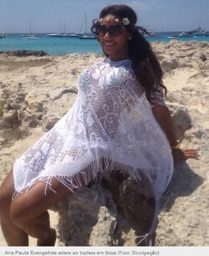 Ana Paula Evangelista en playa en ibiza