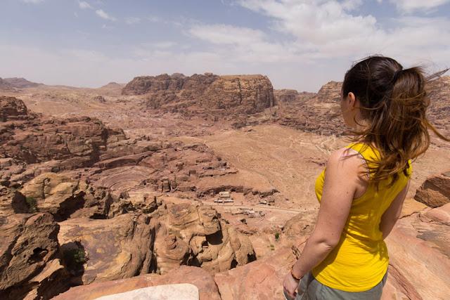Vistas del anfiteatro romano y el siq desde el mejor mirador de Petra, Jordania