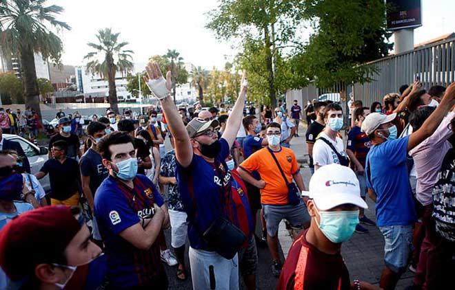 """Fan Barca giận dữ """"đánh chiếm"""" Nou Camp vì Messi, cảnh sát phải vào cuộc 2"""