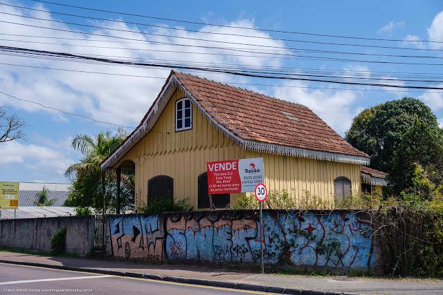 Casa de madeira com lambrequins