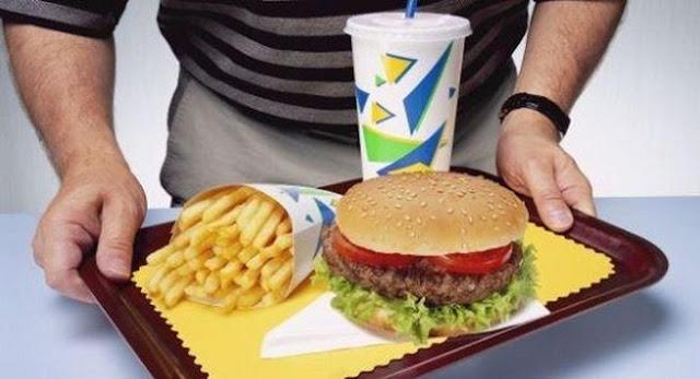 Homem com disfunção erétil dieta não saudável